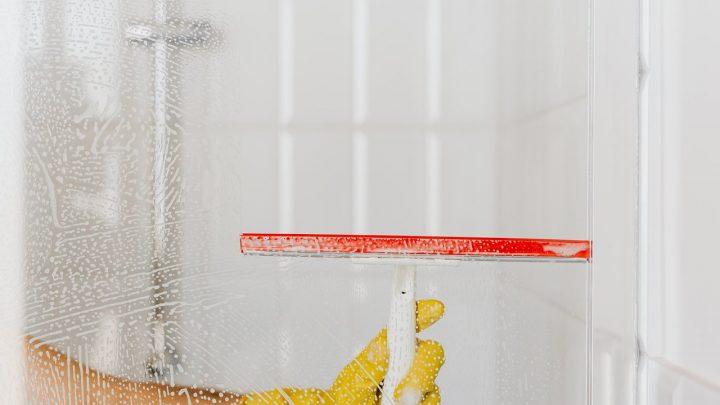 Uniwersalny środek do czyszczenia szyb i glazury – wybierz skuteczne rozwiązania dla czystości domu